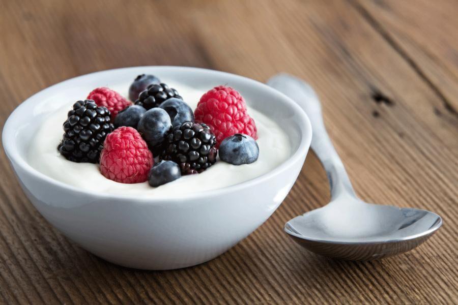 Lägg i bär och frukt du gillar så får du din egen skräddarsydda fruktyoghurt. Foto: Istock