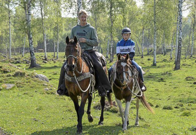 En familjeangelägenhet. Robin Rohland 11 år växte upp i sadeln framför mamma eller pappa. Idag har han egen ponny.