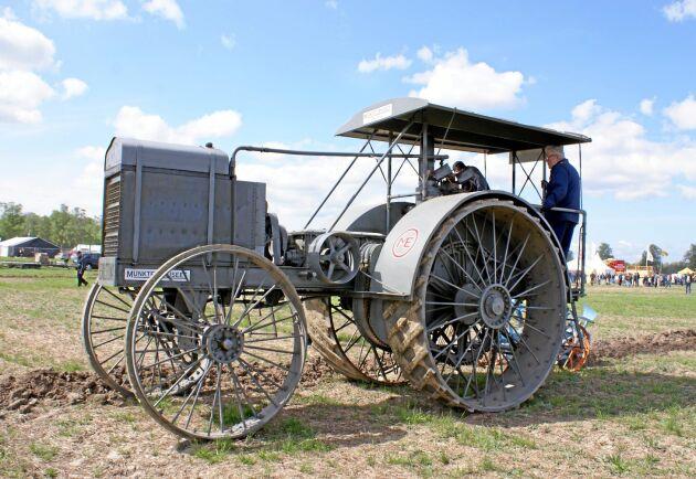 Denna traktor användes av den första ägaren fram till 1927. Den köptes sedan tillbaka till Munktells för endast 1 200 kronor. Nästa ägare använde den som stationärt kraftverk till sitt tröskverk.