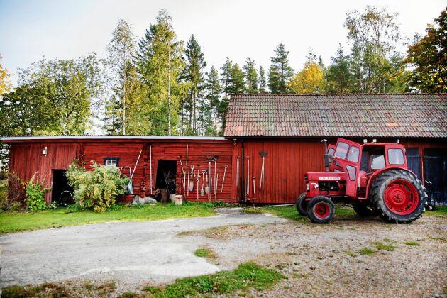 Gårdens gamla lada med många redskap och en av gårdens två traktorer.