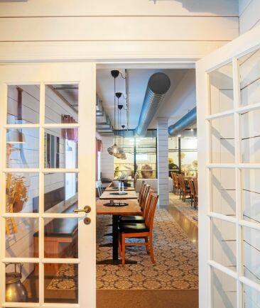 Gott om plats i den stora restaurangen, där gäster kunna förboka middagar under coronarestriktionerna.