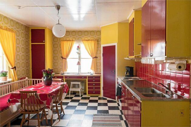 Köket är en riktig smällkaramell i knallrött och gult.