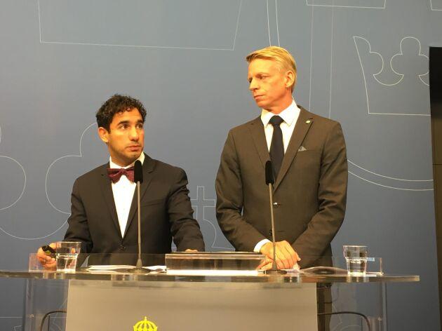 Ardalan Shekarabi (S) och Per Bolund (MP) vid fredagens pressträff.