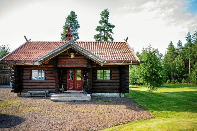 Rustikt. Huset är rundtimrat av rejäla stockar med lite norsk stil på takets utsmyckning med uppstickande stockar.