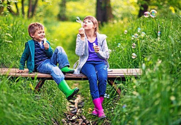 Allt fler drabbas av fästingburen TBE. Men om du skyddar dig och dina barn med stövlar och långärmat så kan ni fortfarande njuta av naturen.