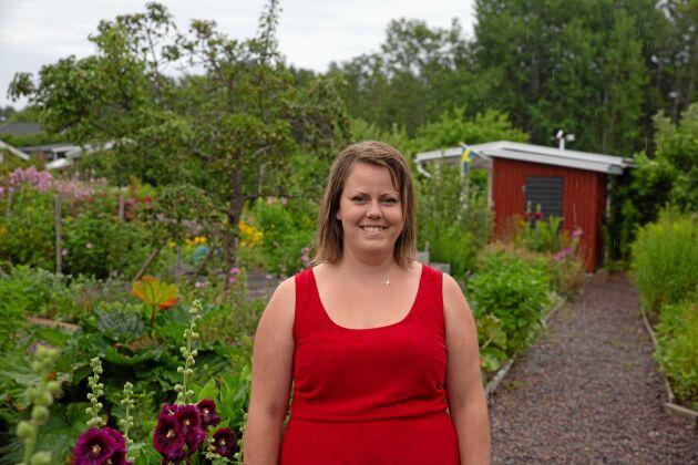 """Amanda Jönsson, 30, från Gunnebo är ordförande för Västerviks koloniträdgårdar. Under dagen tog hon emot besökare vid Kristinedals koloniområde. """"Jag hade tidigare en lott här, numera har jag del i en kollektiv lott med pallkragar. Det är ett helt nytt koncept vi börjat med"""", berättar hon."""