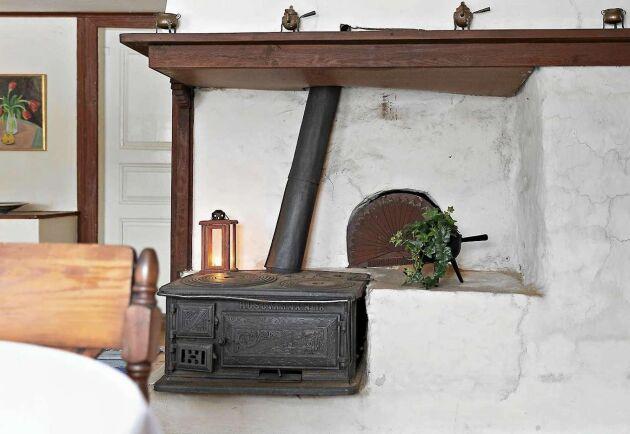 Det stora rummet har kvar en härlig vedspis och en bakugn i murad spiskåpa från tiden då det användes som kök.