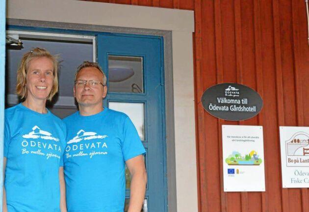 Malin och Magnus Axelsson utanför Gårdshotellet.