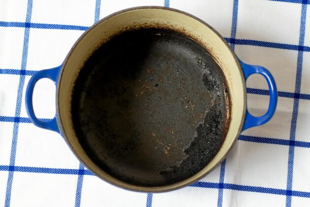 Har du bränt fast mat i botten? Ställ grytan på spisen med vatten som täcker ordentligt.