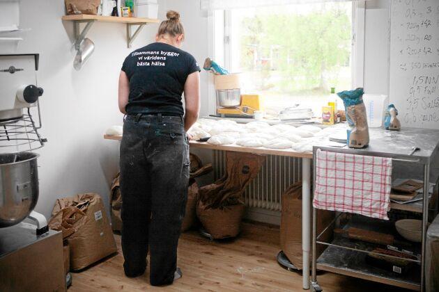 På gården i Öre fick hon gott om plats för bakningen. Lite skillnad mot tvårummaren i Umeå.