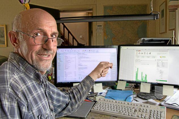 Stefan Frank följer solenergiproduktionen framför datorn.