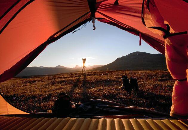 """Bo var du vill! Med ett tält har du ständigt ett """"hotellrum"""" reserverat på valfri plats, som här uppe i fjällen."""