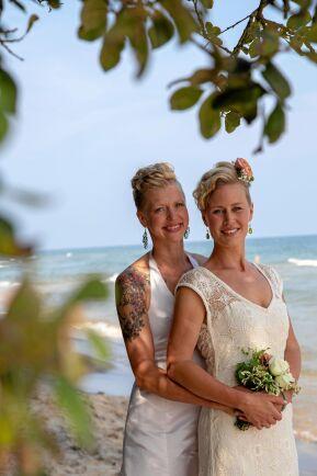Thilde Höök och Benedicte Kihle gifte sig på stranden i Rörum.