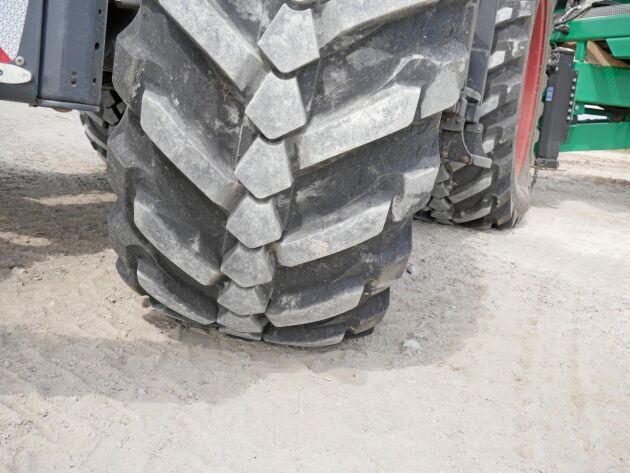 När trycket minskas går däcket ner på samtliga klackar. Entreprenörer och lantbrukare med mycket vägkörning är huvudkundgruppen för den här typen av däck, enligt Magnus Hartler.