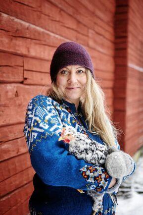 Louise Norström med en av sina vikingahönor. Hon älskar att bo mitt i Grangärdes finnmark i Dalarna.