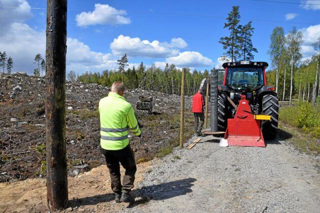 Hägnen bygger Lars Johansson och Peter Leanderz med egen kraft och egna maskiner.