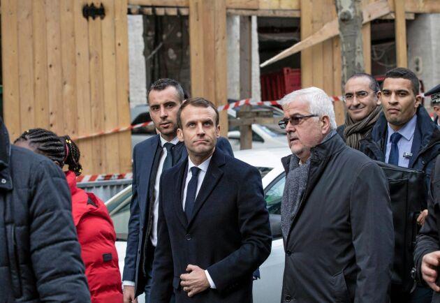 Frankrikes president Emmanuel Macrons inspekterar skadorna efter proteströrelsen Gula västarnas protester på rue Kléber i centrala Paris.