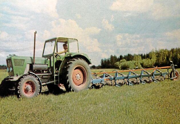 Tyska Deutz hade 20 procent av den västtyska marknaden för jordbrukstraktorer. Efter ett uppehåll på tio år kom man åter till den svenska marknaden.
