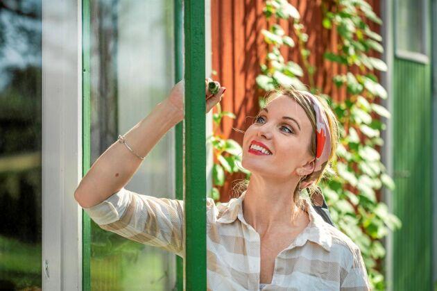 Att ta sig tid till varsamt underhåll sparar pengar i längden. Att halvolja och bättringsmåla fönster kontinuerligt är en sådan åtgärd, tipsar Erika Åberg.