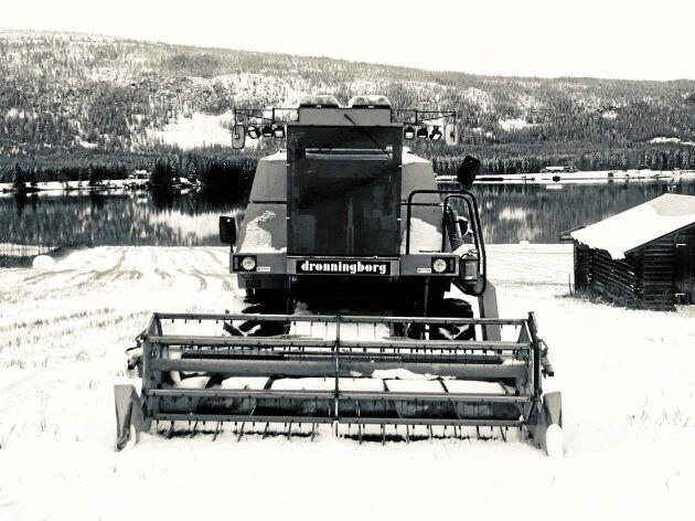 Nu återstår att få undan maskiner och redskap efter att den sista spannmålen har kommit in under tak. Erik Olsson hoppas att snötäcket ska smälta så att han kan komma ut och plöja.