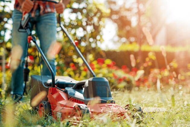 Olyckor med motorgräsklippare är vanliga i trädgården. Men de går lätt att undvika!