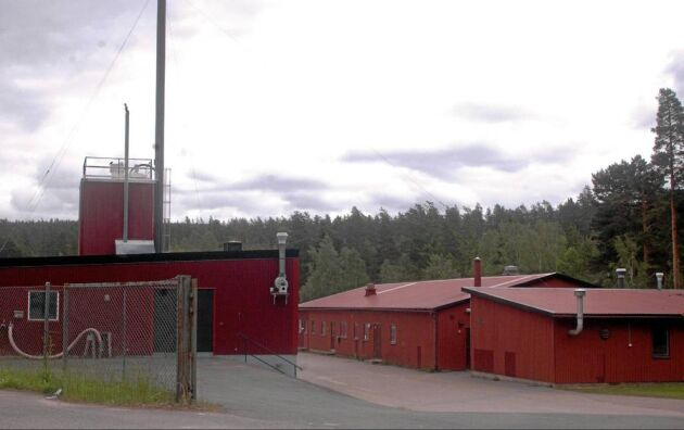 FÅR DET GRATIS. Slammet till mjölkgården kommer från reningsverket i Österbymo tre mil bort. Bönderna har hämtat slammet själva och fått det gratis.
