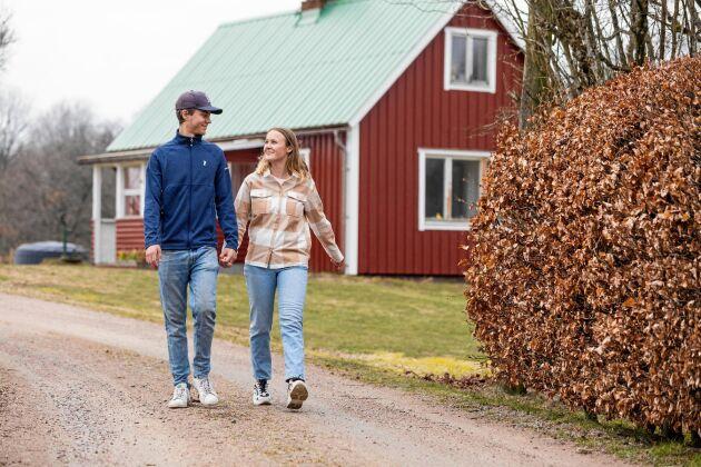"""Julia och Tom i Bökhult och är tacksamma över bybornas hjälp, gåvor och berättelser om stället. """"De tycker att det är roligt att vi har tagit tag i det här."""""""
