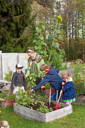 Barnen gillar att vara med Petra i trädgårdslanden.