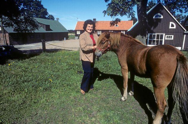 Birgit Nilsson vid hemmet och gården i Svenstad Skåne i Augusti 1981.
