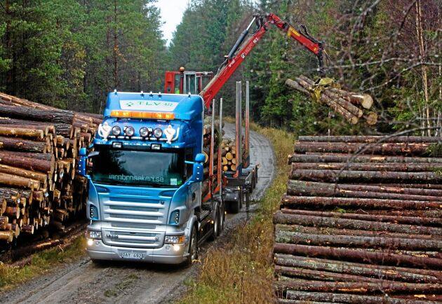 Ett av de tjugo skogsåkerier som kör för TLV är Jarnbros Virkestransporter.