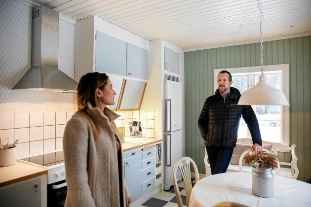 Åsa och Rober köpte en komplett 1950-talsinredning på second hand till gårdshusets slitna kök.