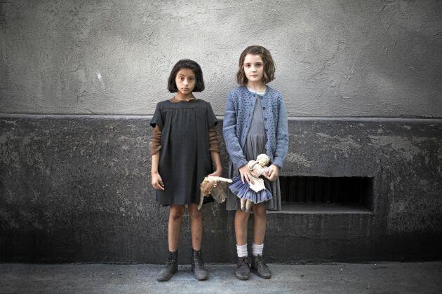 """TV-serien """"Min fantastiska väninna"""" bygger på Elena Ferrantes prisade romaner. Nu kommer den till Svt."""