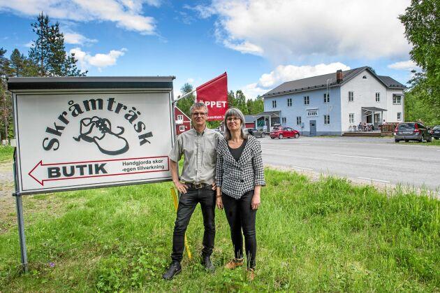 Entreprenörerna Erik och Asta Hellgren framför det första av deras tre företag i Skråmträsk, nära Skellefteå.