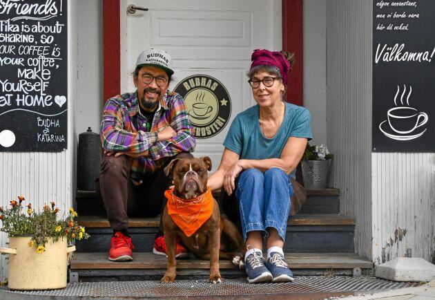 Det mintgröna trähuset har varit både skobutik och fruktaffär. Nu driver Budha Sutedja och Katarina Johansson sitt kafferosteri i lokalen.