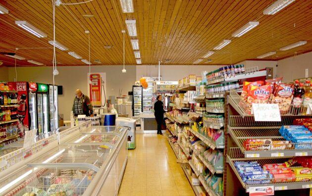 Interiör i matbutiken vars huvudleverantör är Axfood. Även lokalt producerat kött finns i frysdisken.