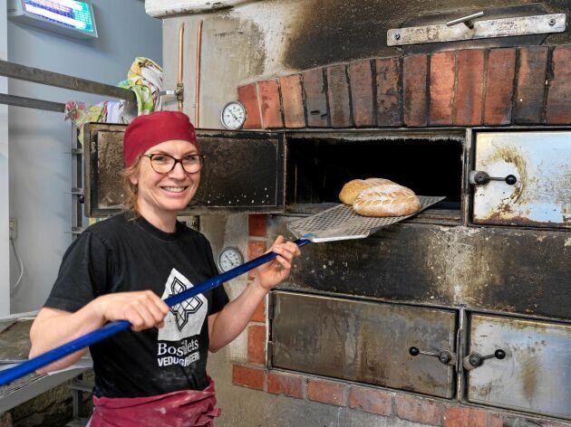 Karin Lorin gör succé med sitt vedugnsbageri och café på gården Maspelösa på den östgötska landsbygden.