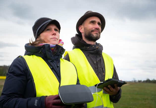 Träning. Studenten Victoria Falk övar landning med en fixvinge-drönare med instruktioner från utbildningsledaren Nicolas Tegsell.