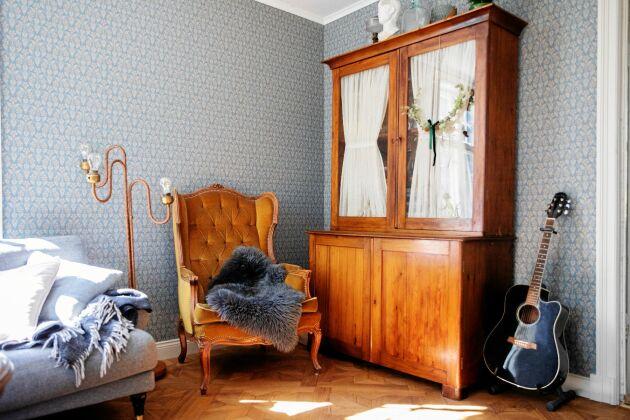 I vardagsrummet ersattes det förstörda golvet med ett nyköpt begagnat golv, en tidstypisk stjärnparkett.