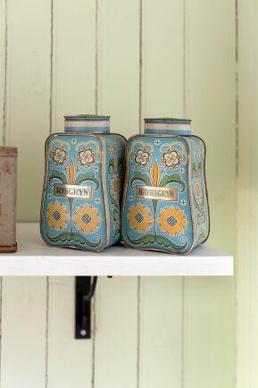 Vackra gamla plåtburkar passar in i husets 1800-talsanda.