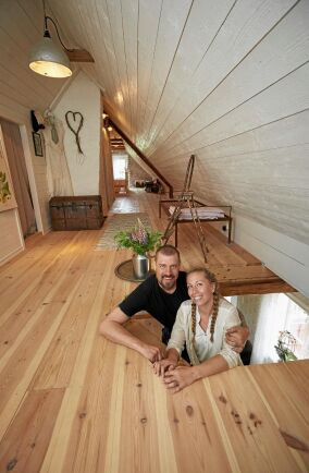 Marcus och Sara står i den branta logetrappan som leder upp till övervåningen där familjens sovrum finns.