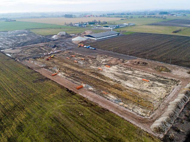 Ett stall på 8500 kvadratmeter ska byggas. Planeringen har pågått i fem år, de konkreta förberedelserna i två år. Om ett år ska de första smågrisarna tas emot.
