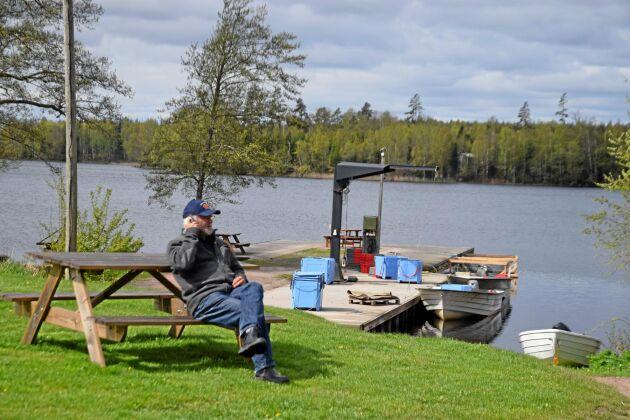 Det är svårt att hitta en vackrare arbetsplats än den Nils Ekwall har. Det är sjön Bolmens fina vatten och rika fiske som är fundamentet i företaget Tiraholms fisk.
