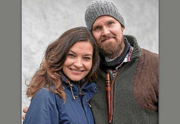 Therese och Jonas Landolsi som tillsammans driver Jonas Vildmark i Västmanland. Hit vallfärdar människor för att lära sig om bushcraft, överlevnad och jakt.