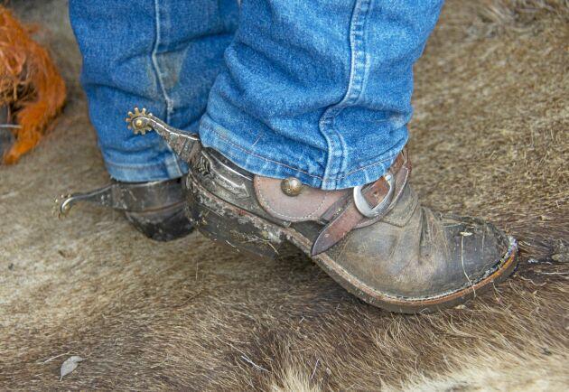 Detaljerna är viktiga, Monique Vermeer lever, klär sig och rider som en äkta cowgirl.