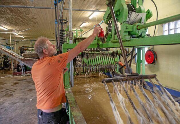 Hans Bulthuis har plockat ner den begagnade ulltvätten i Spanien och monterat ihop den hemma i Endre, Gotland.