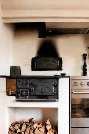 Huset värms med kakelugnar och även vedspisen i köker.