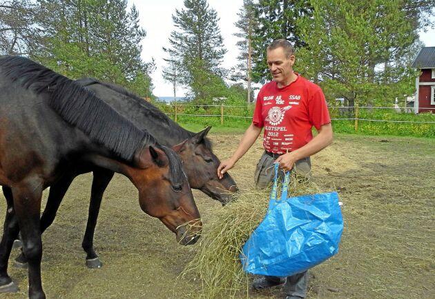 """""""Det är hästägarna som gör att jag kan hålla markerna öppna"""", menar Roger Björklund som uteslutande har hästfolk bland hökunderna."""