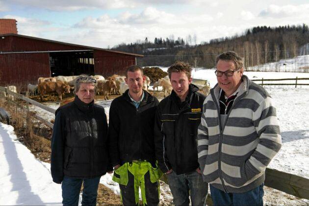 Dikobesättningen är fortfarande navet i företaget. Gunilla Jonsson har valt att satsa på tjurkalvarna, medan kvigorna säljs vidare. Kjell Jonsson fokuserar på gårdens såg och administrationen. Sönerna Kent och Erik hjälper också till.