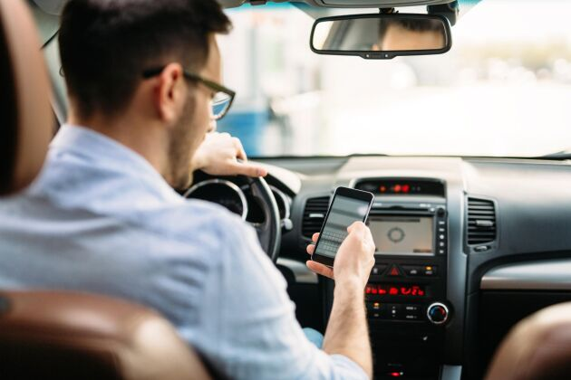 Under 2018 blev det förbjudet för bilförare att hålla mobilen i handen under körning.