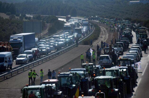Bönder blockerar motorvägen A-45 utanför Cordoba i sydvästra Spanien som ett led i de landsomfattande protesterna.